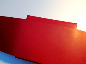 Rotes-Geschenkpapier-Banderrole-Umbinden