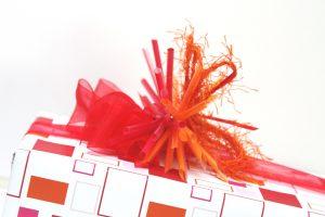 Geschenk-rot-orange-Strohhalm