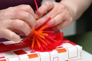 Geschenk-rot-orange-Strohhalmstern-1