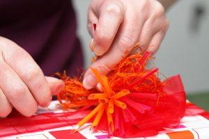 Geschenk-rot-orange-Strohhalmstern-Fusselband
