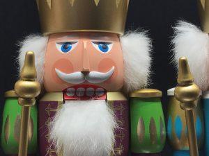 König-Nussknacker-purpur-weiss