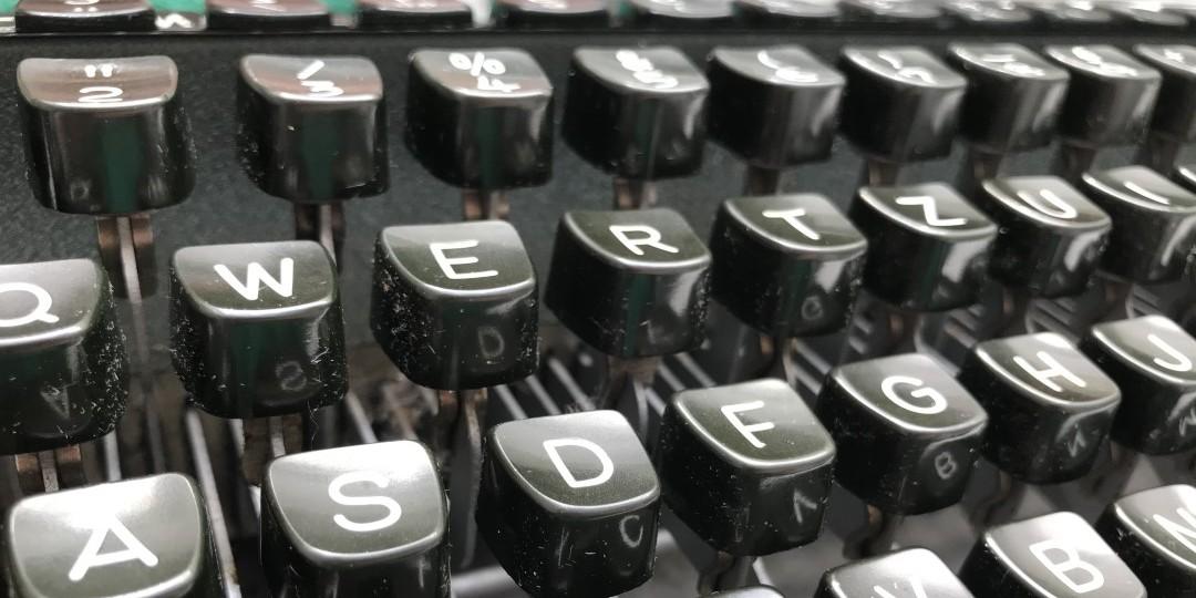 Selfie-Tag, Home Office, Impfung, Buch-Club, Schreibmaschine
